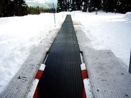 Tapis roulant en station de ski. Source : http://data.abuledu.org/URI/53ae9228-tapis-roulant-en-station-de-ski