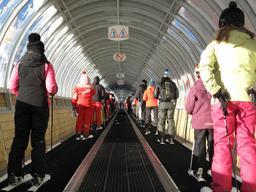 Tapis roulant pour skieurs. Source : http://data.abuledu.org/URI/53ae8c69-tapis-roulant-pour-skieurs