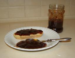 Tartine de confiture sur une assiette. Source : http://data.abuledu.org/URI/50425160-tartine-de-confiture-sur-une-assiette