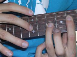 Technique du tapping en guitare. Source : http://data.abuledu.org/URI/5500b4df-technique-du-tapping-en-guitare