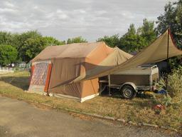Tente de camping et caravane. Source : http://data.abuledu.org/URI/5329d4bc-tente-de-camping-et-caravane
