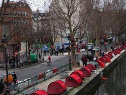 Tentes le long des quais à Paris pour les sans-abris. Source : http://data.abuledu.org/URI/51fc15bf-tentes-le-long-des-quais-a-paris-pour-les-sans-abris