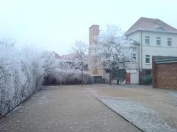 Terrain de sport dans une école en hiver. Source : http://data.abuledu.org/URI/50d4c9fa-terrain-de-sport-dans-une-ecole-en-hiver