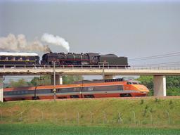 TGV et train à vapeur près de Montereau en 1987. Source : http://data.abuledu.org/URI/5657448d-tgv-et-train-a-vapeur-pres-de-montereau-en-1987
