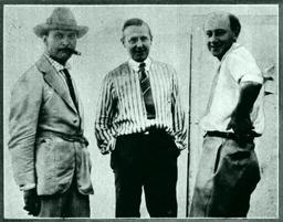 Thomas Ince, Jesse Lasky et Cecil B. De Mille en 1920. Source : http://data.abuledu.org/URI/5643599a-thomas-ince-jesse-lasky-et-cecil-b-de-mille-en-1920