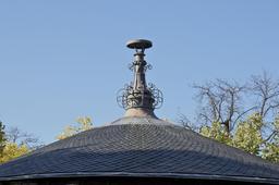 Toit avec épi de faîtage. Source : http://data.abuledu.org/URI/53e33c83-toit-avec-epi-de-faitage