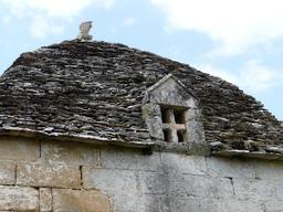 Toit en lauzes et pigeonnier. Source : http://data.abuledu.org/URI/536b8b14-toit-en-lauzes-et-pigeonnier