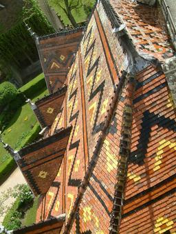 Toiture en tuiles vernissées du Chateau La Rochepot. Source : http://data.abuledu.org/URI/54a7bfd8-toiture-en-tuiles-vernissees-du-chateau-la-rochepot