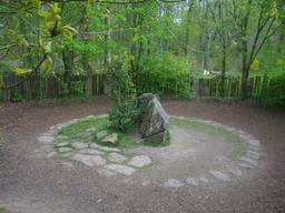 Tombeau de Merlin en forêt de Brocéliande. Source : http://data.abuledu.org/URI/52adfa14-tombeau-de-merlin-en-foret-de-broceliande