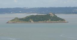 L'île de Tombelaine depuis le Mont Saint-Michel. Source : http://data.abuledu.org/URI/5357c400-tombelaine