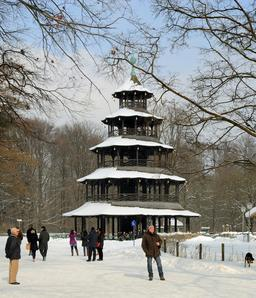 Tour chinoise de Munich sous la neige. Source : http://data.abuledu.org/URI/59da81a8-tour-chinoise-de-munich-sous-la-neige