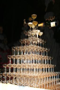 Tour de verres de champagne. Source : http://data.abuledu.org/URI/54120620-tour-de-verres-de-champagne
