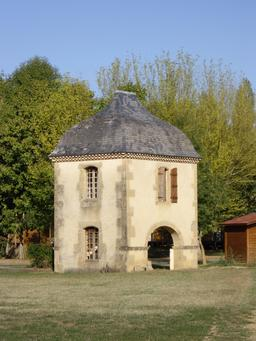 Tour-pigeonnier dans le Gers. Source : http://data.abuledu.org/URI/536b9914-tour-pigeonnier-dans-le-gers