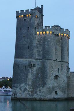 Tour saint-Nicolas le soir à La Rochelle. Source : http://data.abuledu.org/URI/582624ac-tour-saint-nicolas-le-soir-a-la-rochelle