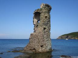 Tour Santa Maria, au loin l'Ile de Capraia. Source : http://data.abuledu.org/URI/51d1bdb9-tour-santa-maria-au-loin-l-ile-de-capraia