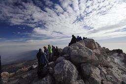 Touristes au sommet du Volcan Teide. Source : http://data.abuledu.org/URI/52d18f1c-touristes-au-sommet-du-volcan-teide
