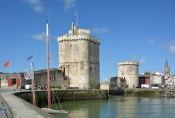 Tours du port de La Rochelle. Source : http://data.abuledu.org/URI/555928d5-tours-du-port-de-la-rochelle