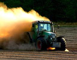 Tracteur agricole dans un champ. Source : http://data.abuledu.org/URI/523737da-tracteur-agricole-dans-un-champ