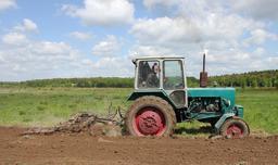 Tracteur en action. Source : http://data.abuledu.org/URI/501e4932-yumz-6kl-tractor-2011-g3-jpg