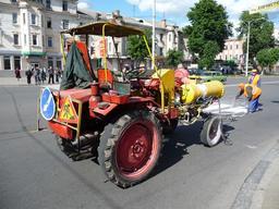 Tracteur en ville. Source : http://data.abuledu.org/URI/52889ac4-tracteur-en-ville