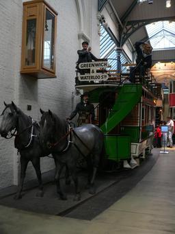 Tram tiré par des chevaux en 1882. Source : http://data.abuledu.org/URI/5654c3aa-tram-tire-par-des-chevaux-en-1882