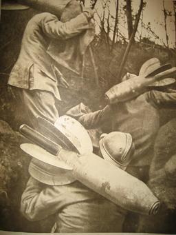Transport d'obus dans une tranchée en 1916. Source : http://data.abuledu.org/URI/543c0890-transport-d-obus-dans-une-tranchee-en-1916