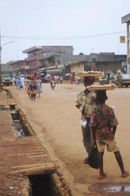 Transporteurs de nourriture au Cameroun. Source : http://data.abuledu.org/URI/52d941eb-transporteurs-de-nourriture-au-cameroun