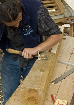 Travail du bois par un menuisier. Source : http://data.abuledu.org/URI/51a12f4c-travail-du-bois-par-un-menuisier