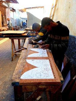 Travail sur bois à la médina de Salé. Source : http://data.abuledu.org/URI/55186100-travail-sur-bois-a-la-medina-de-sale