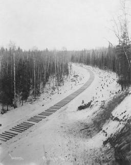 Traverses de voie ferrée en Alaska en 1915. Source : http://data.abuledu.org/URI/56c265b3-traverses-de-voie-ferree-en-alaska-en-1915