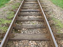 Traverses de voie ferrée en bois. Source : http://data.abuledu.org/URI/56c2672c-traverses-de-voie-ferree-en-bois