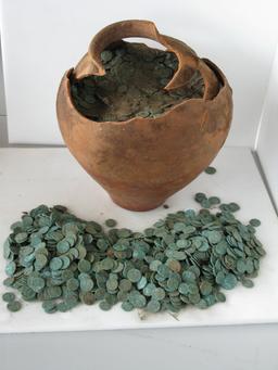 Trésor monétaire dans un vase. Source : http://data.abuledu.org/URI/53a89bfc-tresor-monetaire-dans-un-vase