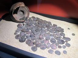 Trésor monétaire du IVème siècle de Sanguinet. Source : http://data.abuledu.org/URI/557ab59f-tresor-monetaire-du-iveme-siecle-de-sanguinet