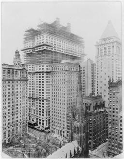 Trinity Church et Wall Street à NY en 1914. Source : http://data.abuledu.org/URI/589ecbaa-trinity-church-et-wall-street-a-ny-en-1914