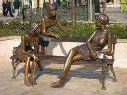 Trois jeunes femmes sur un banc. Source : http://data.abuledu.org/URI/531605a6-trois-jeunes-femmes-sur-un-banc