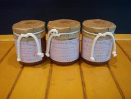 Trois pots de confiture de prunes. Source : http://data.abuledu.org/URI/5332ecc0-trois-pots-de-confiture-de-prunes