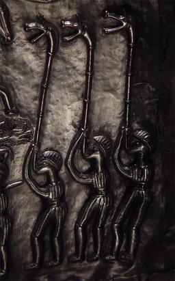 Trois sonneurs de carnyx du chaudron de Gundestru. Source : http://data.abuledu.org/URI/52ade17b-trois-sonneurs-de-carnyx-du-chaudron-de-gundestru