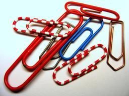 Trombones de bureau de plusieurs tailles. Source : http://data.abuledu.org/URI/53aee888-trombones-de-bureau-de-plusieurs-tailles
