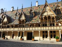 Tuiles vernissées des Hospices de Beaune. Source : http://data.abuledu.org/URI/54a7be6f-tuiles-vernissees-des-hospices-de-beaune