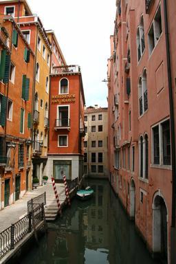 Un canal de Venise. Source : http://data.abuledu.org/URI/54fe8b5b-un-canal-de-venise