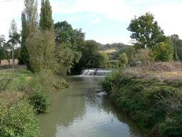 Une digue sur le Gers à Ornezan. Source : http://data.abuledu.org/URI/52c314e3-une-digue-sur-le-gers-a-ornezan