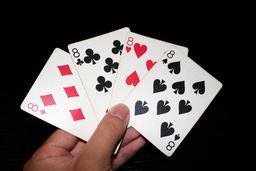 Une main de quatre huit. Source : http://data.abuledu.org/URI/53b6fc38-une-main-de-quatre-huit