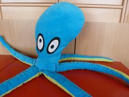 Une peluche pieuvre. Source : http://data.abuledu.org/URI/53ffd5b1-une-peluche-pieuvre