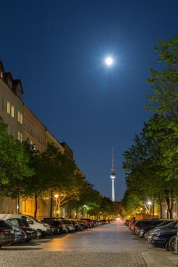 Une rue de Berlin de nuit. Source : http://data.abuledu.org/URI/56585178-une-rue-de-berlin-de-nuit