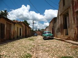 Une rue déserte à Trinidad. Source : http://data.abuledu.org/URI/530c7be1-une-rue-deserte-a-trinidad