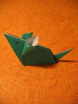 Une souris verte en origami. Source : http://data.abuledu.org/URI/52f15dec-une-souris-verte-en-origami