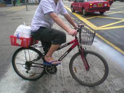 Uniforme de livreur de restaurant à Hong-Kong. Source : http://data.abuledu.org/URI/50fd3795-uniforme-de-livreur-de-restaurant-a-hong-kong