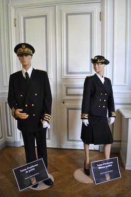 Uniformes de préfet et sous-préfète en 2013. Source : http://data.abuledu.org/URI/56c6288f-uniformes-de-prefet-et-sous-prefete-en-2013