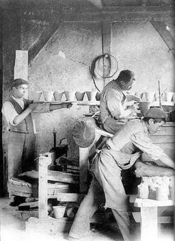Usine de fabrication de pots de résine. Source : http://data.abuledu.org/URI/512dcd5c-usine-de-fabrication-de-pots-de-resine