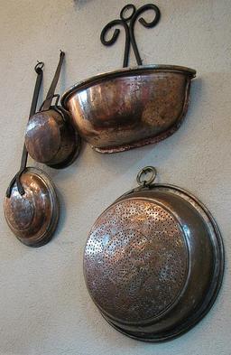 Ustensiles de cuisine en cuivre. Source : http://data.abuledu.org/URI/511c8798-ustensiles-de-cuisine-en-cuivre